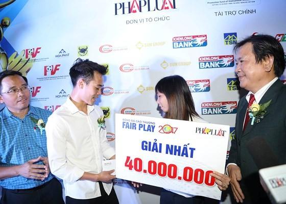 Hành động đẹp của Văn Toàn trong đêm Gala trao thưởng giải Fair-Play 2017. Ảnh: DŨNG PHƯƠNG