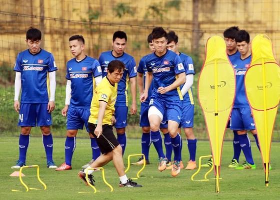 Các cầu thủ khởi động dưới sự hướng dẫn của HLV thể lực. Ảnh: MINH HOÀNG