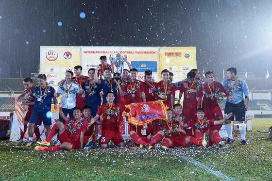 Đội U19 tuyển chọn Việt Nam giành Cúp vô địch. Ảnh: DŨNG PHƯƠNG