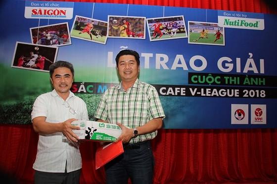 Ông Nguyễn Chiến Dũng Thư ký tòa soạn Báo SGGP (bên trái) trao giải Nhất cho tác giả Lê Quang Nhựt. Ảnh: DŨNG PHƯƠNG