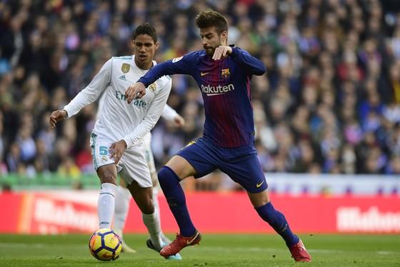 Thiếu Varane (trái) hàng thủ Real Madrid sẽ rất vất vả trước Barcelona.