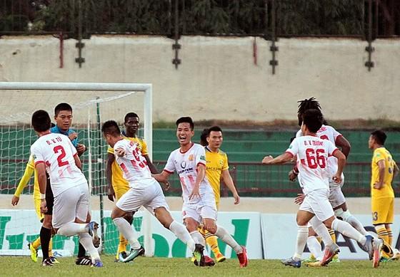Nam Định trong niềm vui giành chiến thắng đầu tiên ở mùa này. Ảnh: MINH HOÀNG