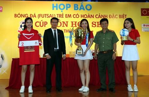 BTC giới thiệu Cúp cho đội vô địch