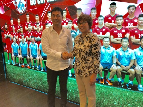 Bà Mae Mua và HLV Hữu Thắng tại trụ sở CLB TPHCM vào sáng 24-5
