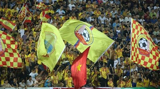 Dù đội nhà đang ở cuối bảng, nhưng khán giả thành Nam vẫn đến sân rất đông để đồng hành với thầy trò Văn Sỹ. Ảnh: MINH HOÀNG
