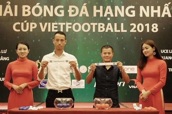 Hai cầu thủ Như Thành và Thành Lương tại buổi bốc thăm