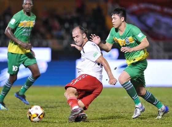 Huỳnh Kesley cứu nguy CLB TPHCM với bàn gỡ hòa 3-3 vào cuối trận. Ảnh: NGUYỄN NHÂN