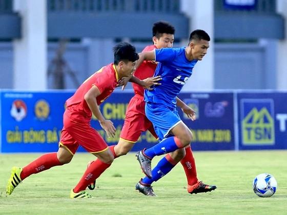 Đội PVF (áo xanh) giành chiến thắng chật vật trước CAND