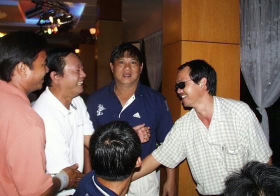 Bầu Hưng (thứ hai từ trái sang) trong một lần gặp gỡ bầu Đức tại trung tâm Thành Long. Ảnh: QUỐC CƯỜNG