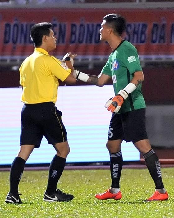 Thủ môn Lê Văn Hưng bị cấm thi đấu 4 trận ảnh 1