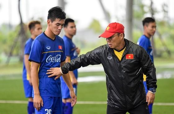 Bộ trưởng Bộ VH-TT-DL Nguyễn Ngọc Thiện thăm đội U23 Việt Nam ảnh 5