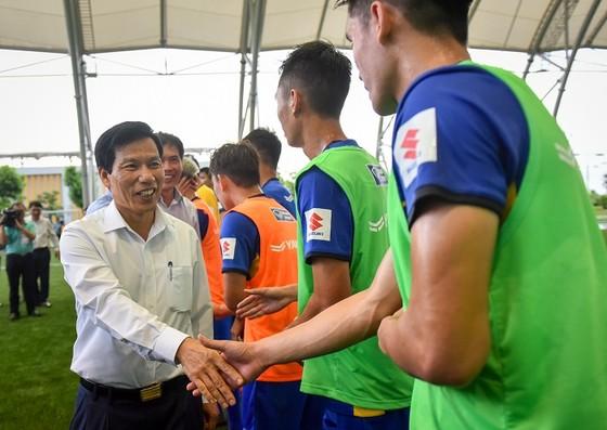 Bộ trưởng Bộ VH-TT-DL Nguyễn Ngọc Thiện thăm đội U23 Việt Nam ảnh 1