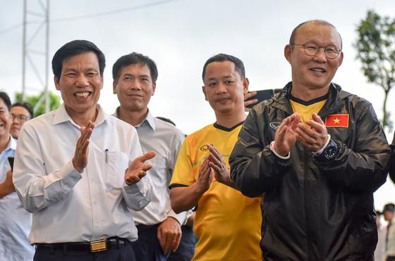 Bộ trưởng Nguyễn Ngọc Thiện (bìa trái) có chuyến thăm thầy trò HLV Park Hang-seo chiều 26-7. Ảnh: MINH HOÀNG