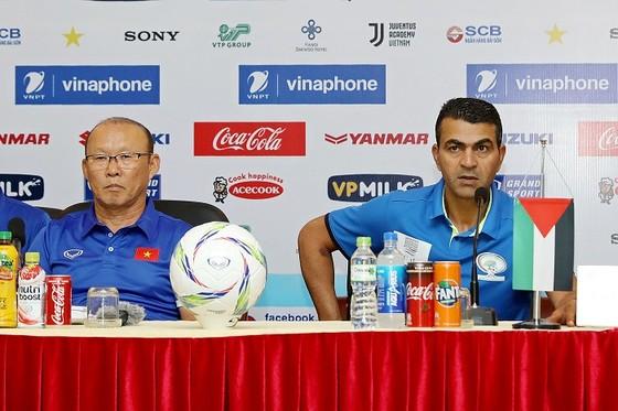 Ông Park Hang-seo cùng HLV đội Palestine tại buổi họp báo. Ảnh: MINH HOÀNG