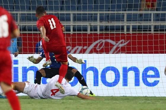 Bàn gỡ hòa 1-1 của Anh Đức (ảnh: HOÀNG HÙNG)