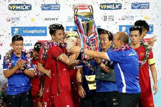 Thầy trò đội Olympic Việt Nam bên chiếc Cúp vô địch