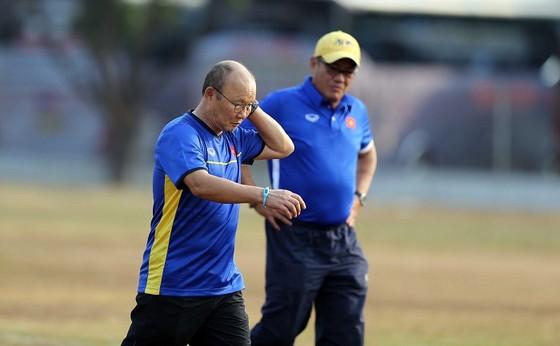 Ông Park cùng trưởng đoàn Dương Vũ Lâm kiểm tra mặt sân trước buổi tập của đội. Ảnh: DŨNG PHƯƠNG