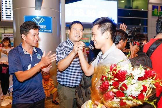 Thủ quân Văn Vũ hạnh phúc trong sự chào đón của người hâm mộ. Ảnh: ANH TRẦN