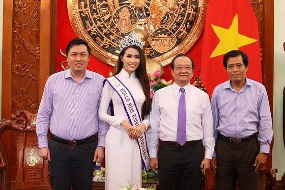 Hoa hậu Phan Thị Mơ chụp ảnh lưu niệm với lãnh đạo UBND, Sở VH-TT&DL tỉnh Tiền Giang và ông Cao Văn Chóng. Ảnh: QUỐC HUY