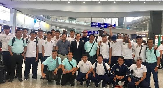 Đội Becamex Bình Dương tại sân bay quốc tế Hồng Công. Ảnh: ANH TRẦN