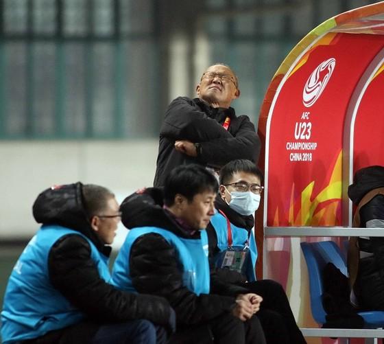 Cảm giác hồi hộp của ông Park khi đội nhà đá luân lưu ở VCK giải U23 châu Á 2018. Ảnh: ANH KHOA