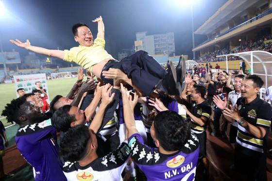 Bầu Hiển cùng các cầu thủ Hà Nội vui mừng sau trận thắng SLNA. Ảnh: MINH HOÀNG
