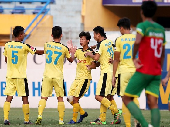 Niềm vui của các cầu thủ Hà Nội B sau trận thắng Bình Phước. Ảnh: MINH HOÀNG