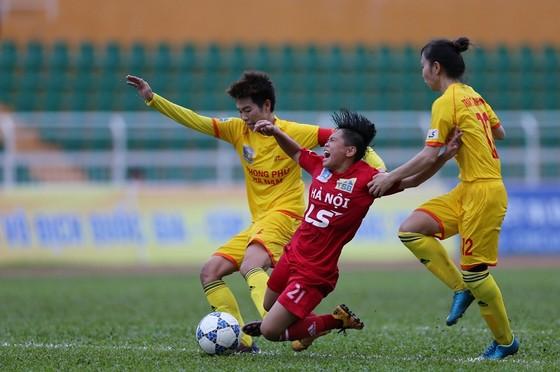 Hà Nam (áo vàng) chặn đứng chuỗi trận bất bại từ đầu giải của đội Hà Nội. Ảnh: DŨNG PHƯƠNG