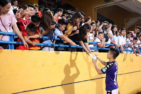 Quang Hải với fan hâm mộ CLB Hà Nội. Ảnh: MINH HOÀNG