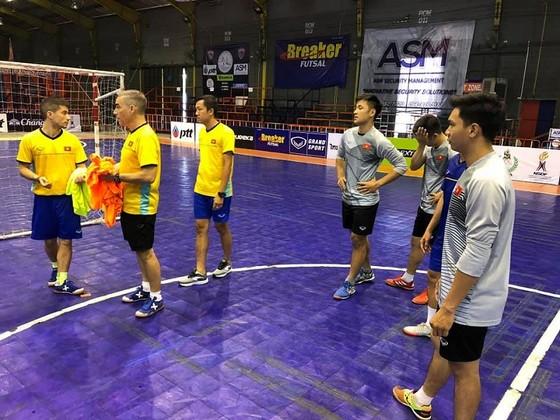 HLV Miguel đang có nhiều thử nghiệm về đội hình trong chuyến tập huấn lần này. Ảnh: ANH TRẦN