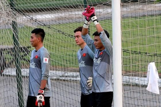 Chỉ có 3/4 thủ môn đi cùng đội sang Lào ở trận đầu tiên. Ảnh: MINH HOÀNG