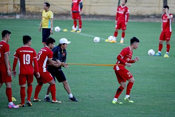 Đội tuyển Việt Nam trở ra sân tập vào chiều 1-11. Ảnh: MINH HOÀNG