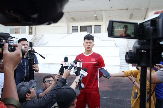 Đội tuyển Việt Nam thả lỏng trên sân Chao Anouvong ảnh 1