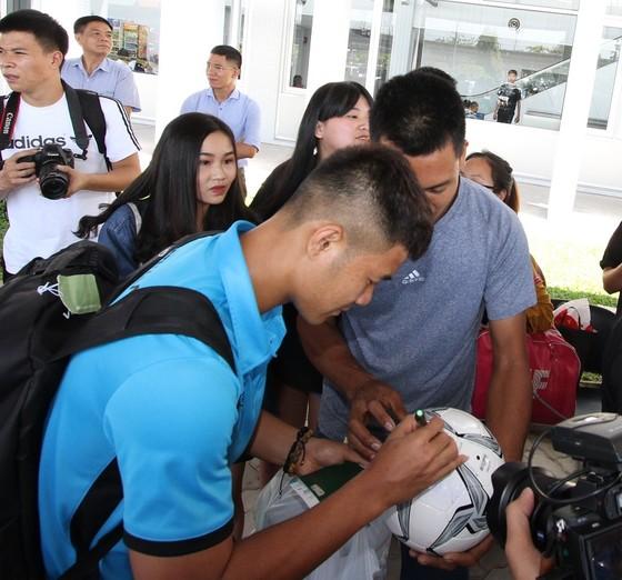 Những hình ảnh đầu tiên của ĐTVN tại Lào ảnh 1