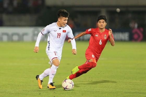 Nguyễn Quang Hải đi bóng trước sự đeo bám của hậu vệ Myanmar. Ảnh: MINH HOÀNG