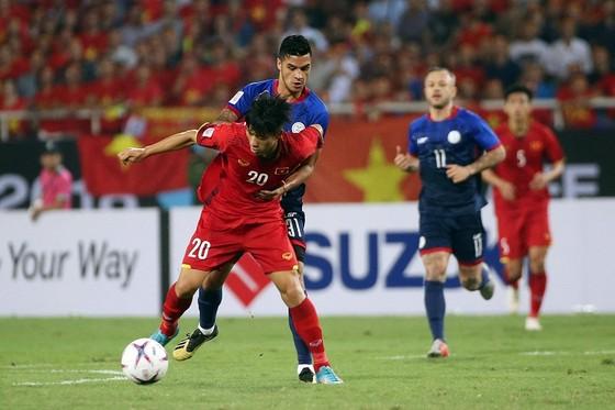 Văn Hậu nỗ lực tranh bóng cùng cầu thủ Philippines. Ảnh: MINH HOÀNG