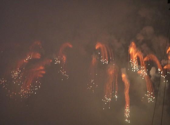 Mưa và khói che mờ cuộc so tài giữa 2 đội Anh và Trung Quốc ảnh 5