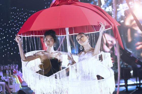 """Dàn sao đình đám Phạm Hương, Hương Giang, Ngọc Trinh xuất hiện trong show thời trang """"Into the dark"""" ảnh 6"""
