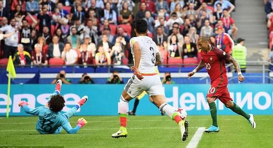 Ricardo Quaresma (phải) trong pha ghi bàn mở tỷ số 1 - 0 cho Bồ Đào Nha. Ảnh: FIFA