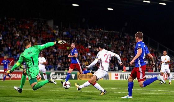 Isco ghi bàn nâng tỷ số lên 3 - 0 cho Tây Ban Nha