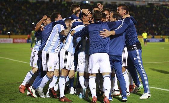 Messi lập hat-trick giúp Argentina đoạt vé dự World Cup 2018 ảnh 1