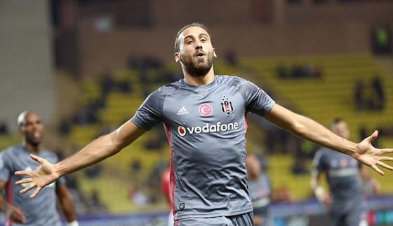 Tiền đạo Cenk Tosun (Besiktas) lập cú đúp vào lưới chủ nhà Monaco.