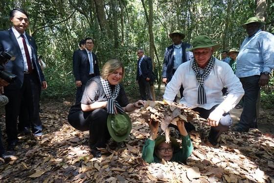 Chủ tịch Hội đồng Nhà nước và Hội đồng Bộ trưởng Cuba tham quan địa đạo Củ Chi ảnh 1