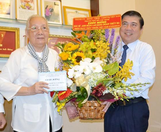 Lãnh đạo TPHCM thăm, chúc mừng Ngày Thầy thuốc Việt Nam 27-2 ảnh 2