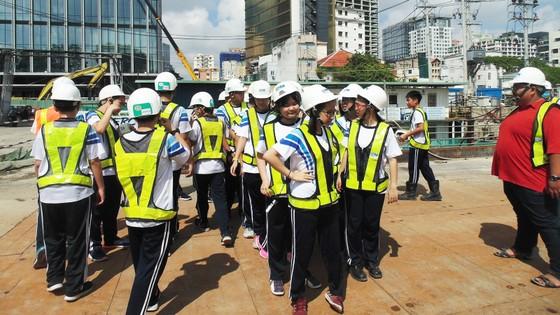 Học sinh hào hứng tham quan dự án ga tàu điện ngầm Metro ảnh 1