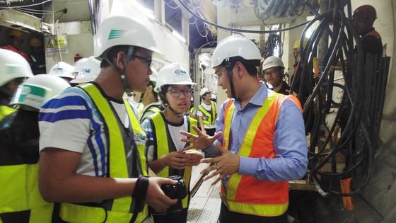 Học sinh hào hứng tham quan dự án ga tàu điện ngầm Metro ảnh 3