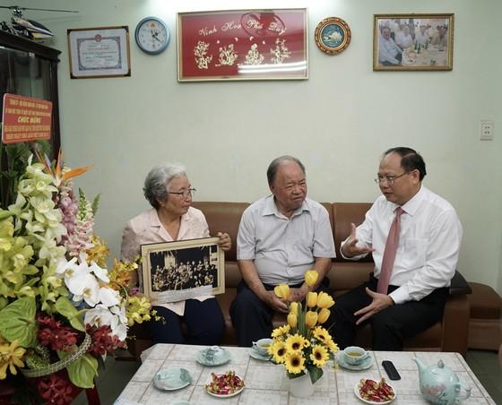 Lãnh đạo TPHCM thăm nhà giáo nhân kỷ niệm Ngày Nhà giáo Việt Nam 20-11  ảnh 2