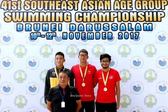 Kình ngư Kim Sơn (giữa) thi đấu nổi bật ở giải trẻ Đông Nam Á.