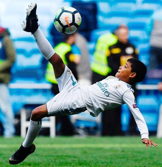 Chuyện của sao ngày 9-4: Con trai Ronaldo tái hiện cú ngả bàn đèn của cha ảnh 1