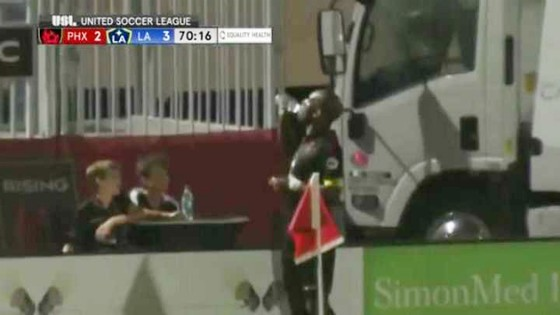 Chuyện của sao ngày 7-5: HLV Zidane đứng chờ trong đường hầm để giã từ Iniesta ảnh 1
